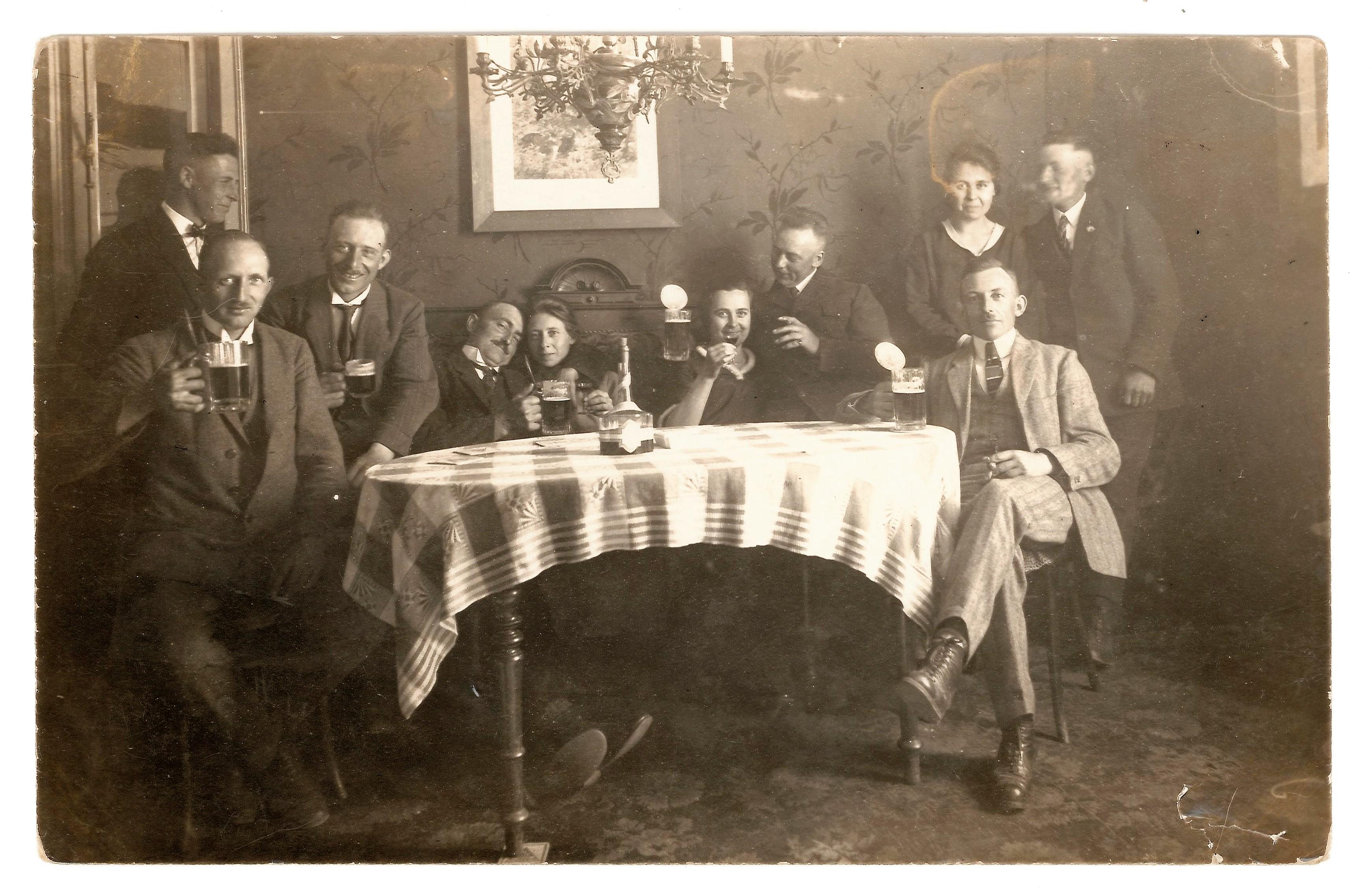 10 Leute rund um den Tisch